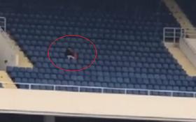 Góc hẩm hiu: Thanh niên nhầm lịch đội mưa đến sân Mỹ Đình, một mình đợi chờ để cổ vũ đội tuyển Việt Nam hôm nay