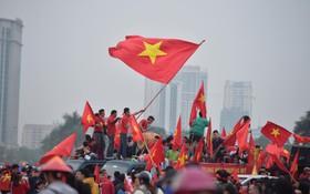 """Hàng vạn CĐV xếp hàng vào """"chảo lửa"""" Mỹ Đình, sẵn sàng cổ vũ cho đội tuyển Việt Nam trong trận chung kết lượt về"""