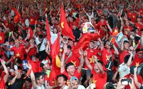 CĐV cả nước vỡ òa, hò reo vui sướng trước bàn thắng mở tỷ số của Anh Đức trong trận chung kết lịch sử
