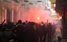 Fan Malaysia cởi trần, uống bia diễu hành cổ vũ giữa trời đông Hà Nội