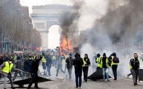 Khải Hoàn Môn huyền thoại chìm trong khói lửa và đổ vỡ sau cuộc biểu tình lớn nhất thập kỷ ở Paris