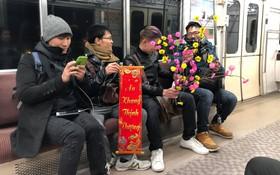 Du học sinh Việt chào năm mới khắp thế giới: 4 nam sinh gây sốt vì mang mai đào, câu đối lên tàu điện ngầm Nhật