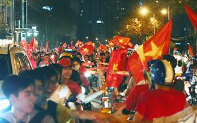 Sài Gòn gần gũi và đáng yêu sau trận thắng của đội tuyển Việt Nam: Chỉ chạm tay thôi cũng thấy vui rồi!