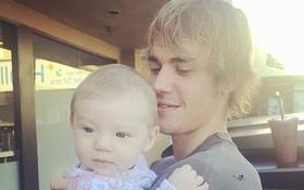 """Chưa lên chức bố, nhưng Justin Bieber đã """"đốn tim"""" fan với hình ảnh bế em bé đáng yêu"""