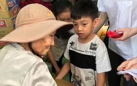 Subeo đáng yêu bưng bê quà giúp mẹ Hà Hồ làm từ thiện