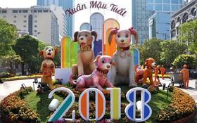 """Báo chí nước ngoài ngợi khen những bức tượng chú chó may mắn là """"điểm sáng"""" của đường hoa Nguyễn Huệ Tết này"""