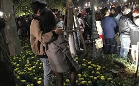 Cặp đôi vô tư nhất đêm 30 Tết: Đứng trong luống hoa xem pháo bông cho rõ