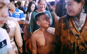 Sài Gòn tối mùng 1 Tết: Trẻ em thích thú cởi áo, nhảy vào đài phun nước đường hoa Nguyễn Huệ để nô đùa