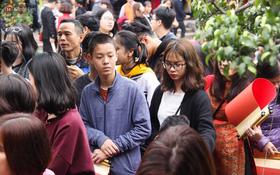 Chùm ảnh: Hàng nghìn người dân kéo về Văn Miếu - Quốc Tử Giám xếp hàng chờ xin chữ đầu năm