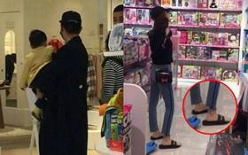 Angela Baby mang dép lê, cùng Huỳnh Hiểu Minh đi mua đồ chơi cho cục cưng tại trung tâm thương mại