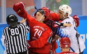 Hỗn chiến trên sân băng giữa VĐV Mỹ và Nga