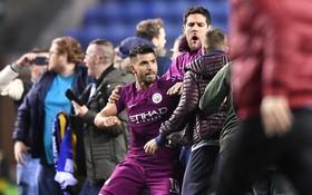 Man City bị loại khỏi FA Cup, Aguero vung tay đấm CĐV Wigan