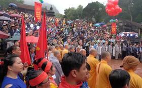 Hàng nghìn người dân mặc áo mưa, che dù đến xem khai hội chùa Hương