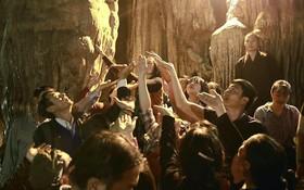 """Người dân chen chân hứng """"nước thánh"""" ở động Hương Tích trong ngày khai hội chùa Hương"""