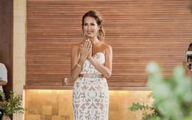 Đang tiến vào lễ đường cô dâu bỗng dừng lại, nhìn những cử chỉ của cô, chú rể đã bật khóc