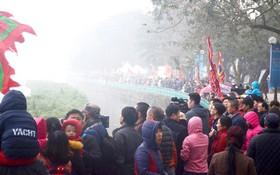 Chùm ảnh: Hàng ngàn người dân Hà Nội đội mưa đứng bên Hồ Tây cổ vũ Lễ hội bơi chải thuyền rồng