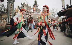 """Về ngôi làng Hà Nội, tưng bừng đi xem những chàng trai giả gái trong Lễ hội """"Đĩ đánh bồng"""" đầu năm"""