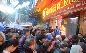 Ngay từ 5h sáng ngày vía Thần Tài, người dân Hà Nội đã đội mưa xếp hàng dài mua vàng cầu may