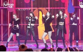 """Hết bị """"ném đá"""" trang phục phản cảm, Red Velvet lại bị chê nhảy không đều"""