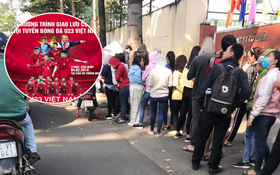 Hàng trăm bạn trẻ Sài Gòn xếp hàng từ sáng sớm chờ đợi nhận vé giao lưu cùng đội tuyển U23 Việt Nam