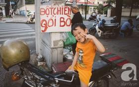 Em bé 5 tuổi có mẹ mà vẫn mồ côi, cùng ông bà mưu sinh bên xe bột chiên vỉa hè Sài Gòn