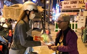 Hồ Ngọc Hà dành cả ngày làm từ thiện, đi xe máy trao quà Tết cho người vô gia cư lúc nửa đêm