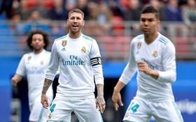 """Hài hước: Ramos """"bĩnh"""" ra quần ngay trên sân"""