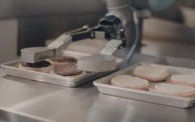 Robot lật bánh burger mới làm được vài ngày đã xin nghỉ để đi khám sức khỏe