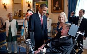 Cuộc đời vĩ đại của thiên tài Stephen Hawking: Dù phải vật lộn với căn bệnh nan y, ông đã để lại cho nhân loại cả kho tàng tri thức