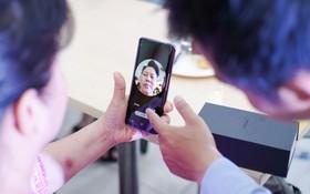 """Nhờ tính năng AR Emoji, cặp vợ chồng lớn tuổi này đã quyết định rước Galaxy S9 về để """"hồi teen"""""""
