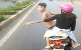 """Phẫn nộ nam thanh niên xăm trổ chở bạn gái """"đánh võng"""" thách thức xe khách trên đường Hồ Chí Minh"""