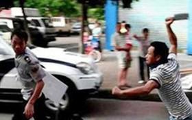 Chở con đi học về, người bố bất ngờ bị nhóm côn đồ 18 tuổi dùng kiếm chém nguy kịch