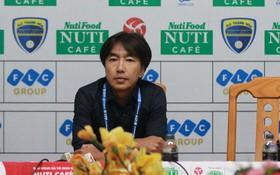 HLV Miura nói gì trong lần đầu ra mắt V.League?