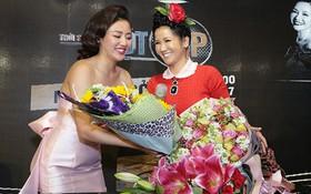 Gần 50 tuổi cũng chẳng sao, Diva Hồng Nhung vẫn cài hoa lên đầu và ăn mặc như học sinh