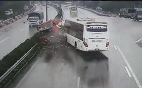 Clip vụ va chạm kinh hoàng giữa xe cứu hỏa và xe khách trên cao tốc Pháp Vân