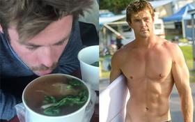 """Clip: """"Thor"""" Chris Hemsworth tấm tắc khen khi ăn phở Việt Nam, nhưng phải húp từng tí vì quá nóng"""
