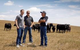 Chúng tôi đã thử mẹo chụp ảnh để trông cao hơn của Mark Zuckerberg, nó có tác dụng thật