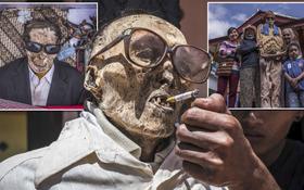 """Bên trong """"ngôi làng của cái chết"""", nơi dân làng đào mộ, mặc quần áo mới cho thi thể người thân rồi còn """"mời thuốc lá"""""""