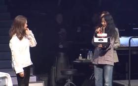 Xuất hiện bất ngờ tại concert của chị em cũ, Lee Hyori tự tay đập tan tin đồn bất hòa