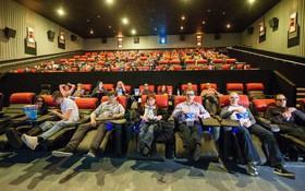 Cúi người nhặt điện thoại trong rạp chiếu phim, chàng trai không ngờ nhận kết cục bi thảm