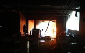 Lửa lại bùng lên ở chung cư Carina khiến 2 cảnh sát bị thương, người dân hoảng loạn