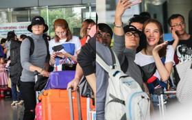 """Lâm Vinh Hải - Linh Chi xuất hiện vui vẻ, tình cảm """"selfie"""" cùng nhau tại sân bay Tân Sơn Nhất"""