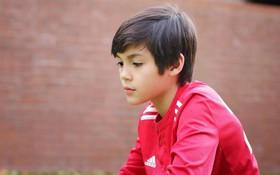 """Cậu bé lai người Thái Lan gây sốt vì quá đẹp trai và được ví là """"David Beckham mới"""""""