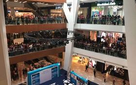 11.000 người đổ xô đi mua iPhone giá 50 USD, khu mua sắm chật cứng, cửa hàng phải