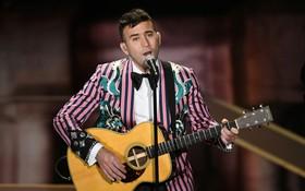 Biểu diễn tại Oscar, anh chàng bị cả cộng đồng mạng chế ảnh vì chiếc áo quá nổi
