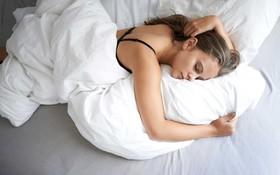 Hóa ra đây là lý do đằng sau việc chúng ta hay đắp chăn khi ngủ dù trời có nóng điên đảo thế nào