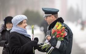 Cảnh sát giao thông Lithuania dừng xe tài xế nữ... để tặng hoa nhân ngày 8/3