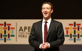 """Video: Mark Zuckerberg bất ngờ bị hỏi """"Tối qua anh ở khách sạn nào?"""" trong buổi chất vấn về Facebook"""