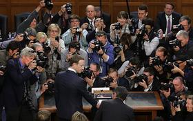 """Bức ảnh Mark Zuckerberg bị kẹp chặt bởi """"đoàn quân"""" camera chính là phép ẩn dụ hoàn hảo cho mặt tối của Facebook"""