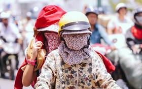 """Chùm ảnh: Sài Gòn bước vào đợt nắng nóng đổ lửa, những """"ninja"""" xuống phố"""
